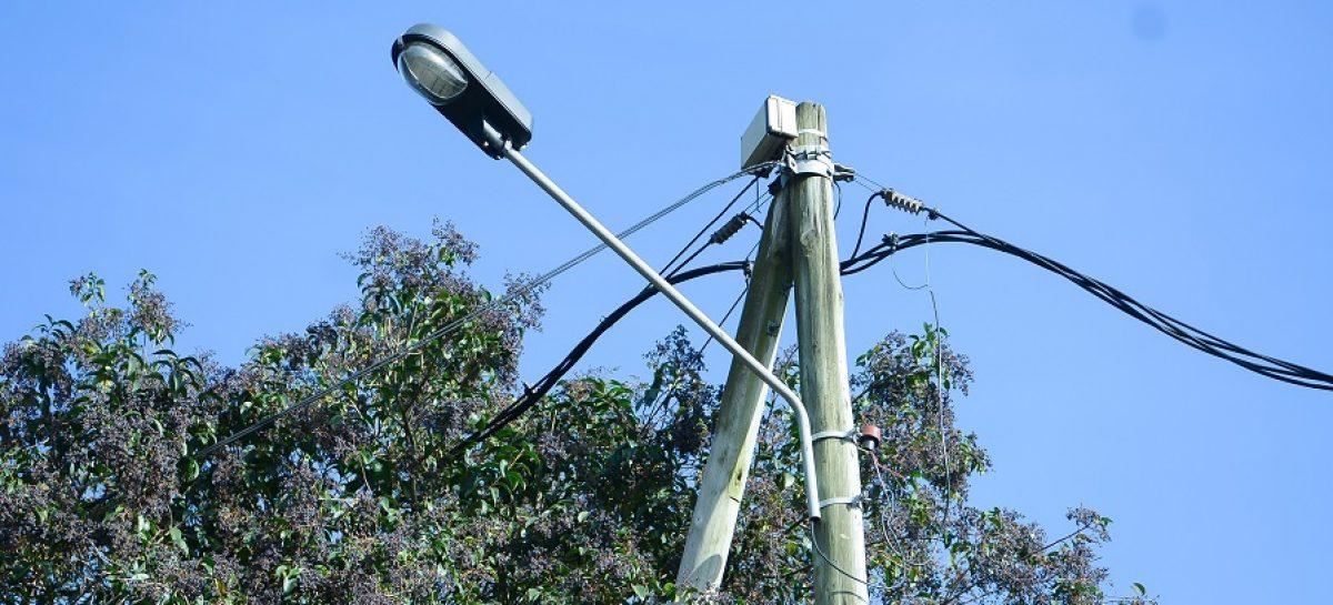 Colocan nuevas luminarias y realizan trabajos de reparación en calles de Matheu