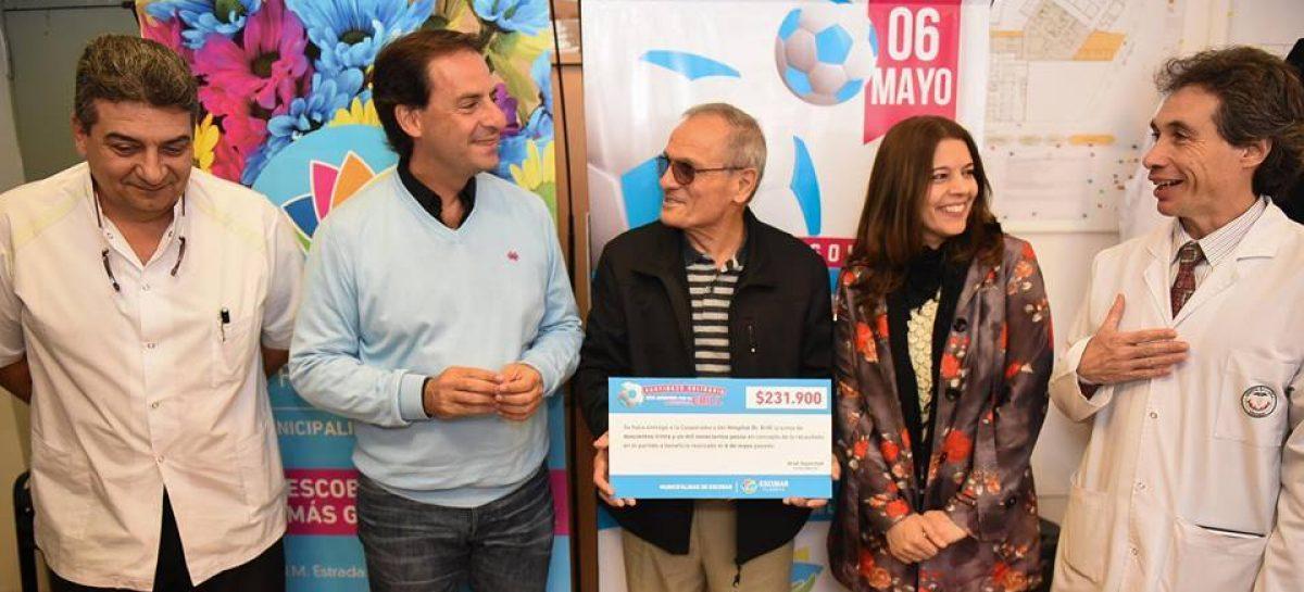 Ariel Sujarchuk entregó al Hospital Erill el dinero recaudado por el partido a beneficio