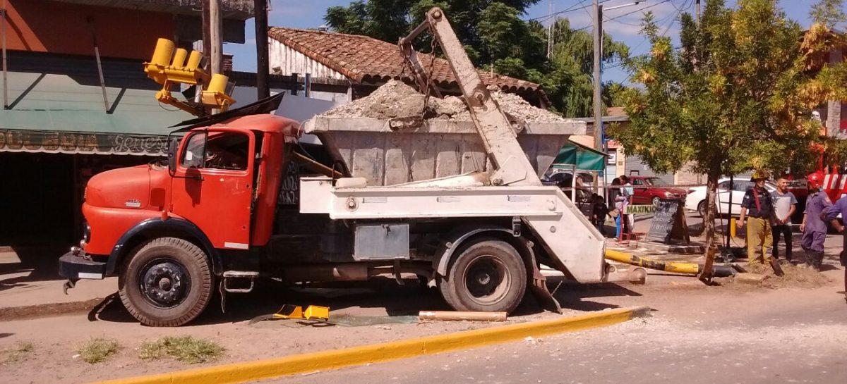 Camión sin frenos destruyó semáforo en Matheu; pudo ser tragedia