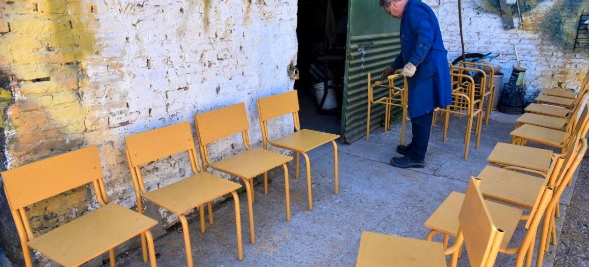 El Taller Municipal de Oficios repara 200 sillas y 100 pupitres de escuelas públicas del partido de Escobar