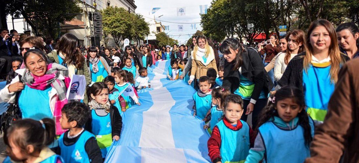 Una multitud disfrutó del desfile patrio, gastronomía, actividades recreativas y el show de Palito Ortega organizados por la Municipalidad de Escobar para celebrar el 25 de Mayo