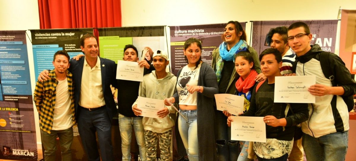 En el Teatro Seminari se inauguraron dos muestras sobre Derechos Humanos y se entregó el premio a la ganadora del 2º Concurso Literario sobre Ana Frank
