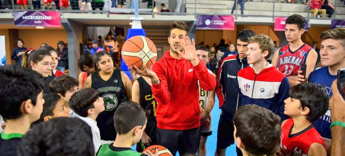 Más de 1200 vecinos participaron de la clínica de básquet de Oberto y Laprovittola en el Microestadio de Garín