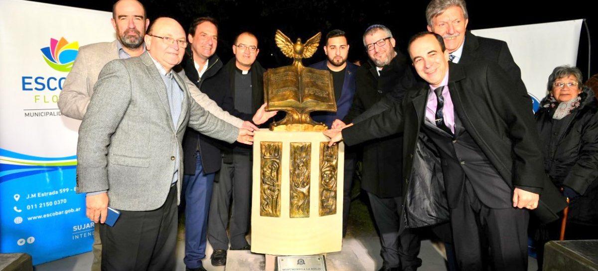 Se inauguró en la plaza San Martín el primer monumento a la Biblia del partido de Escobar