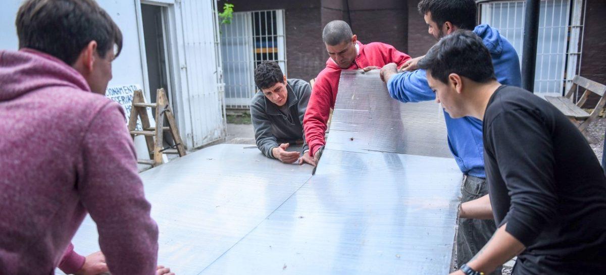Los pacientes del Hospital de Salud Mental y Adicciones Papa Francisco construyen mesas y bancos para el CDIT