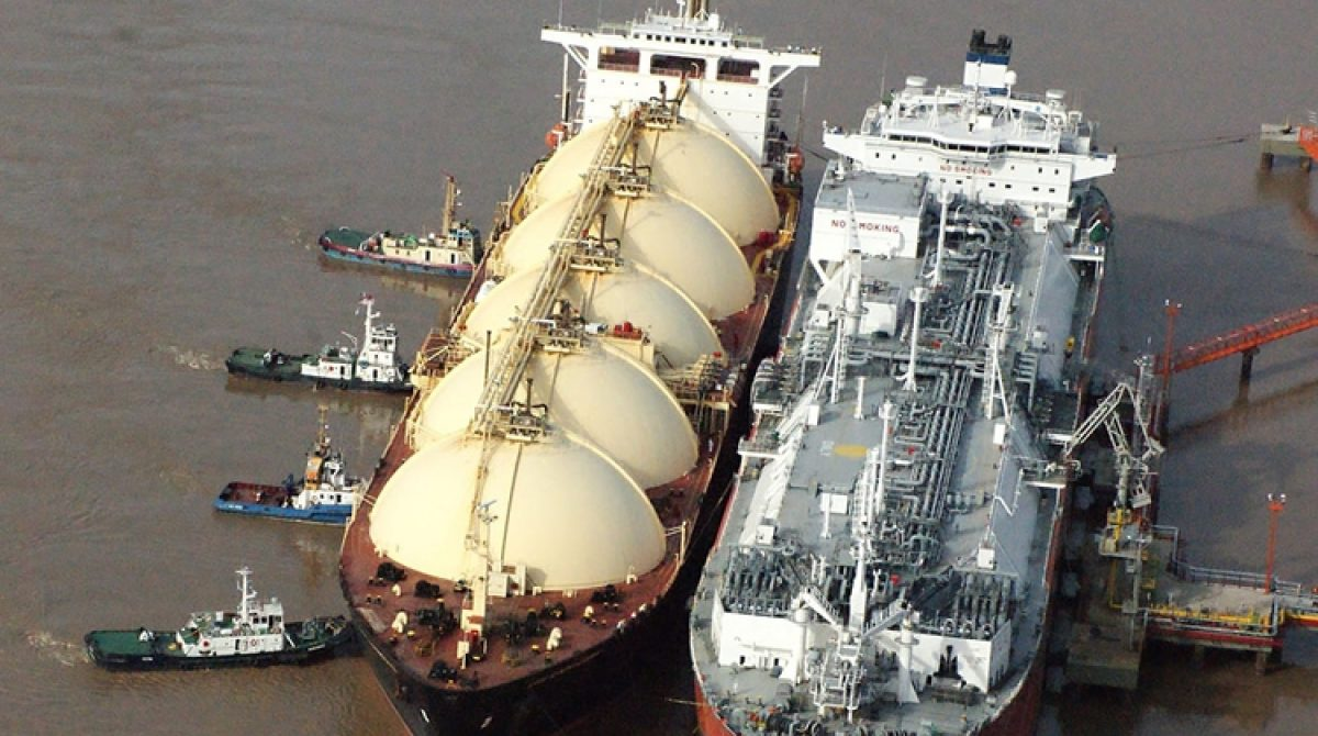Buques regasificadores: a partir de febrero seguirán operando en los puertos de Escobar y Bahía Blanca para transformar el gas en líquido