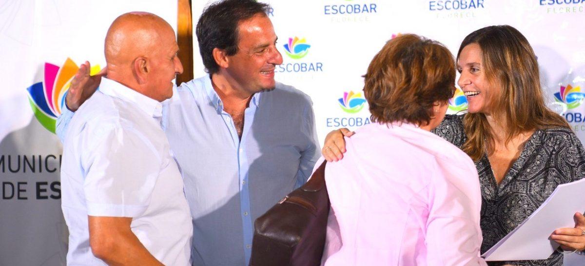 Ariel Sujarchuk y Fernanda Raverta entregaron escrituras a más de 80 familias del partido de Escobar