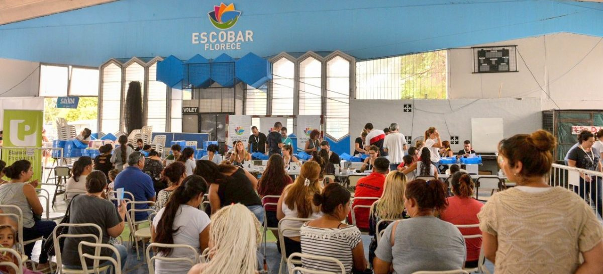 En el primer día de entrega de tarjetas AlimentAR en Escobar, alrededor de 2000 vecinos ya accedieron al beneficio