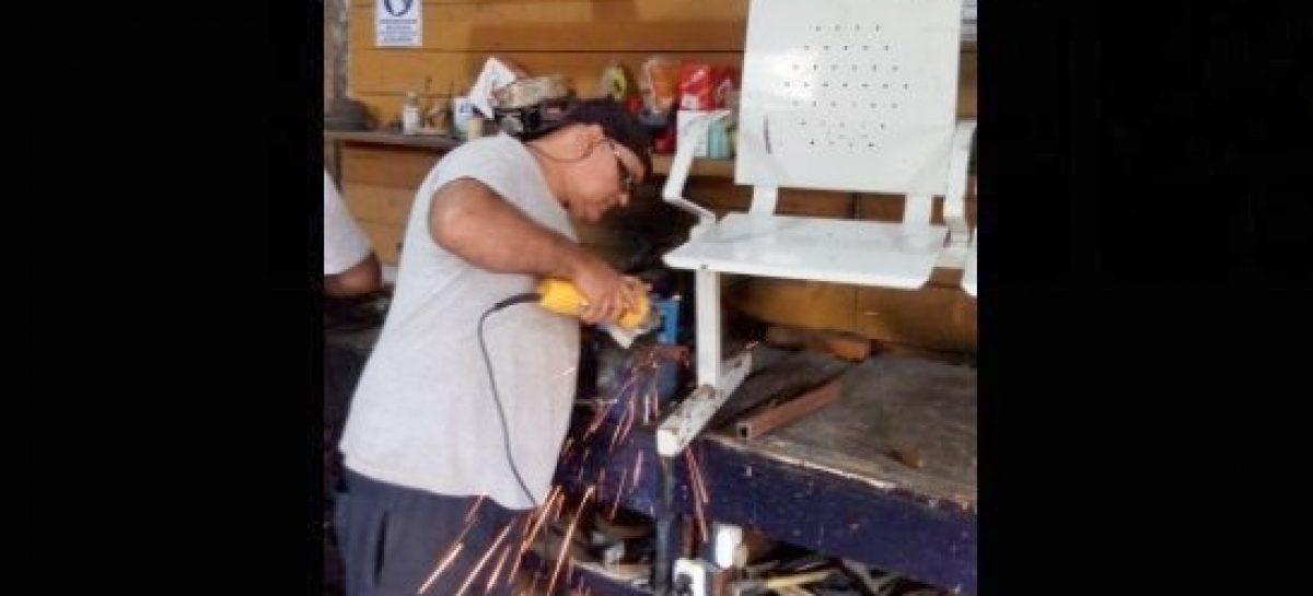 El Taller Municipal de Oficios reparó mobiliario escolar de colegios públicos del distrito