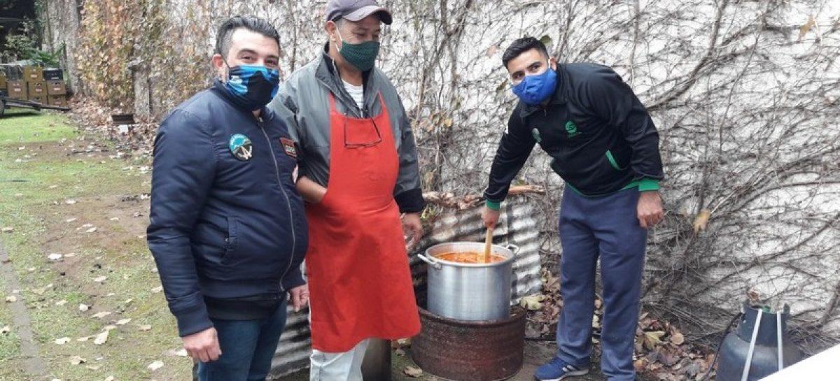 comerciante solidario prepara cada sábado una olla popular en Matheu