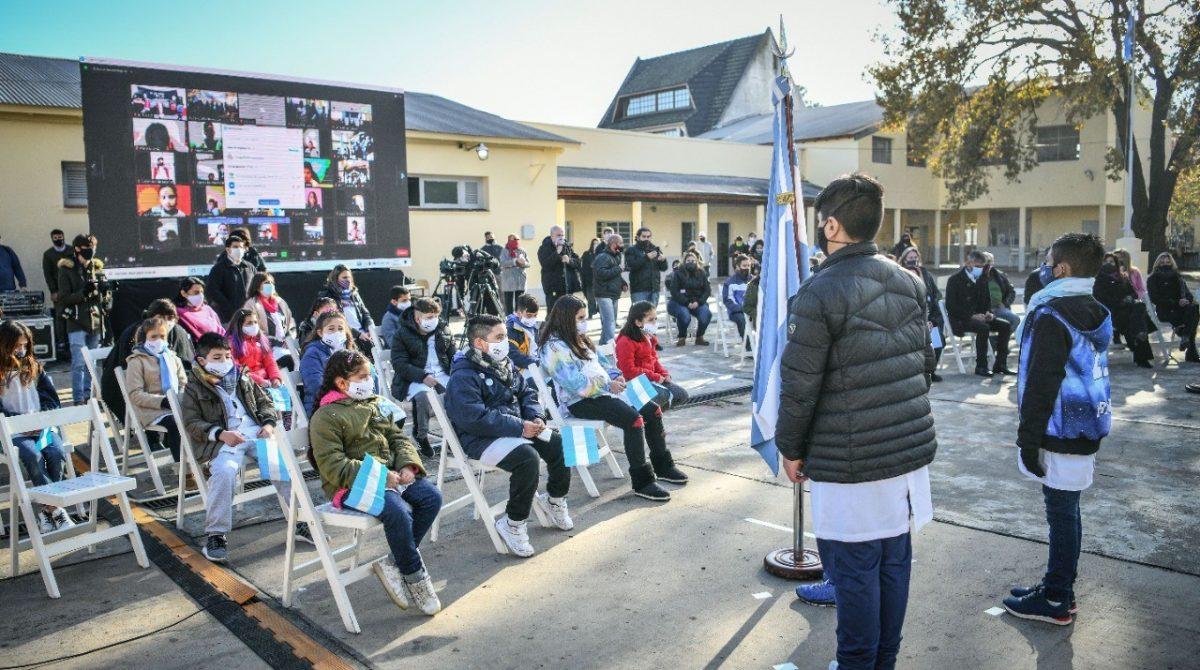 Emotivo acto de promesa a la bandera junto a alumnos y alumnas de 4° grado en la Escuela 5 de Garín