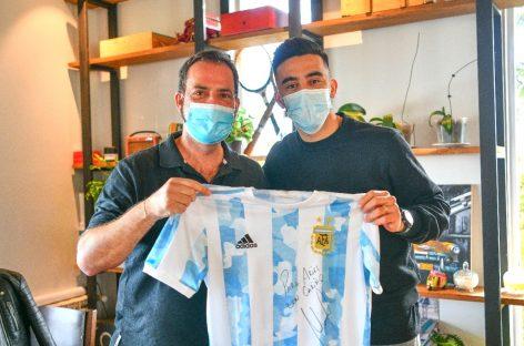 Sujarchuk recibió al futbolista campeón de América Nicolás González, vecino de Escobar; quiere declararlo Ciudadano Destacado del Deporte Nacional e Internacional