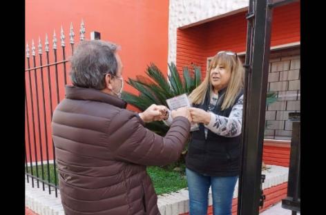 Barrio por barrio: Costa entrega personalmente boletas a domicilio