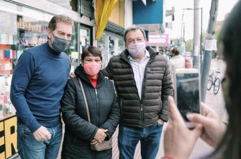 Diego Santilli volvió a Escobar y recorrió la calle Rivadavia junto a Roberto Costa